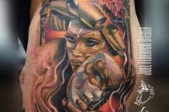 tatuaje-barcelona-realismo-color-joel-federico-bieber-grande-pierna-muslo-mascaras-venecianas