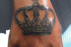 inferno-tattoo-barcelona-ilustracion-marcelo-entattoo-pequeño-mano-corona