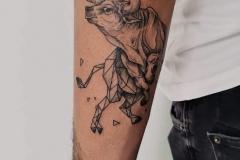 toro-tattoo-ilustracion-geometrico-brazo-alba-galban-inferno-tattoo-barcelona
