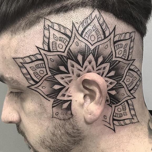 Inferno Tattoo Barcelona. Hindú y mandalas, Héctor Mateos. Tatuaje grande en cabeza.