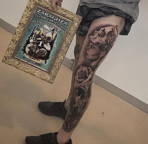 Inferno Tattoo Barcelona. Realismo negro y gris, Héctor Mateos. Tatuaje grande en pierna de mujer con calavera y flor.