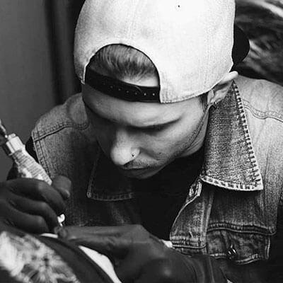 Álex Baens tatuador residente.