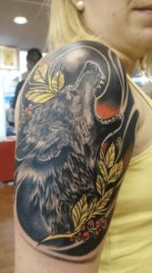 Neotradi y OldSchool, Raúl Leone. Tatuaje mediano o grande en brazo de lobo