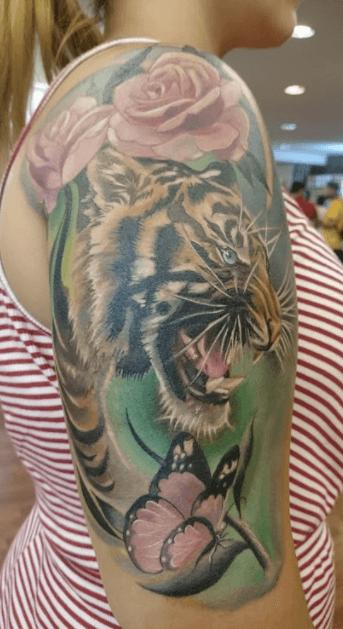 Realismo color, Joel Federico Bieber. Tatuaje mediano o grande en brazo de tigresa y rosas