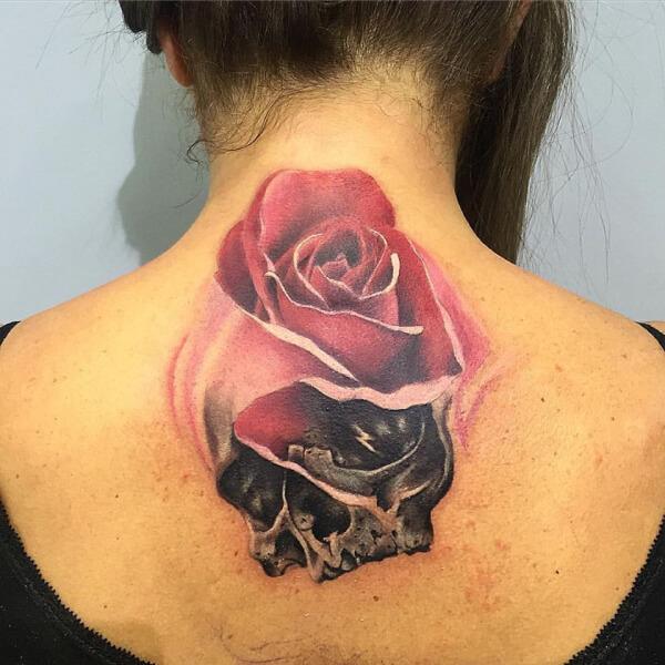Realismo color, Héctor Mateos. Tatuaje grande en espalda de rosa y calavera.