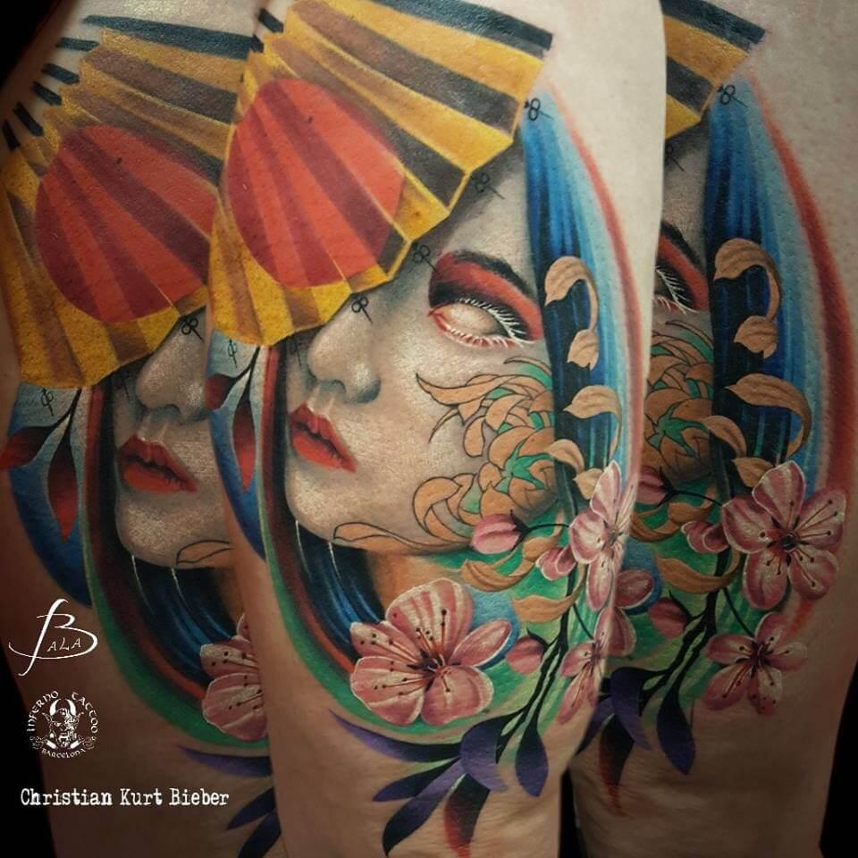 Oriental Japonés y realismo color, Christian Kurt Bieber. Tatuaje grande en pierna de geisha, paraguas y flores.