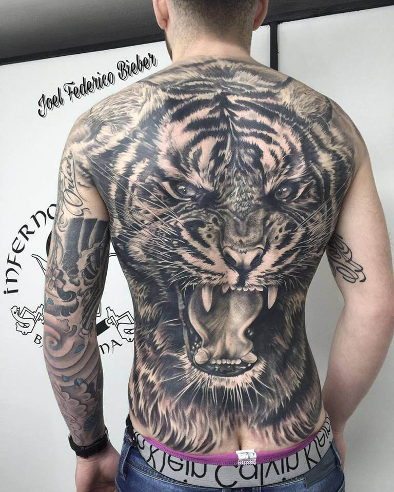Realismo negro y gris, Joel Federico Bieber. Tatuaje grande en espalda de tigre.