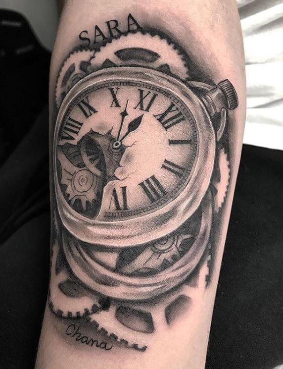 Realismo negro y gris, Álex Baens. Tatuaje mediano en brazo de reloj y engranajes.