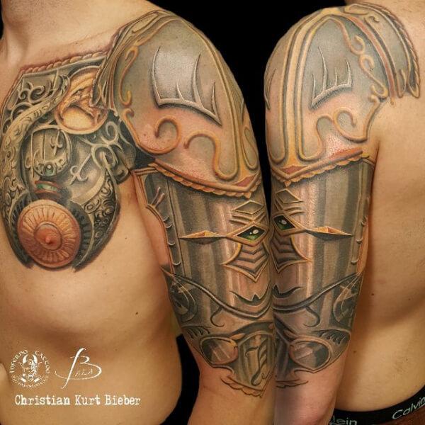 Realismo color, Christian Kurt Bieber. Tatuaje grande en pecho, hombro y brazo de armadura.