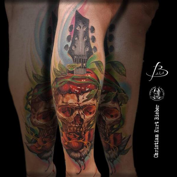 Realismo color, Christian Kurt Bieber. Tatuaje grande en pierna de guitarra y calavera.