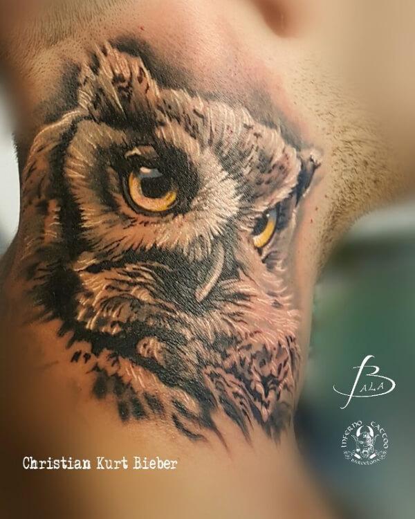 Realismo negro y gris, Christian Kurt Bieber. Tatuaje mediano en cuello de Búho.