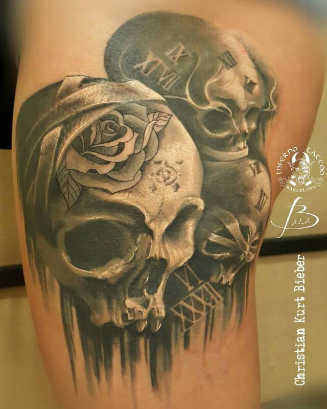 Realismo negro y gris, Christian Kurt Bieber. Tatuaje grande en pierna de calaveras.
