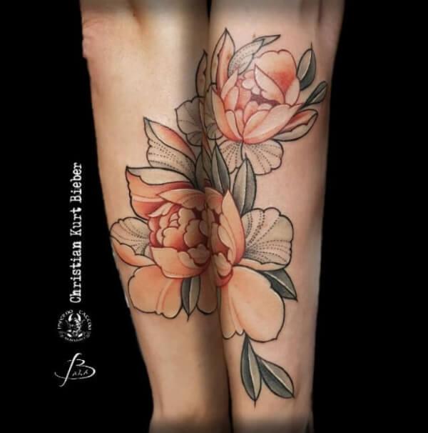 Dotwork color, Christian Kurt Bieber. Tatuaje grande en brazo de flores.