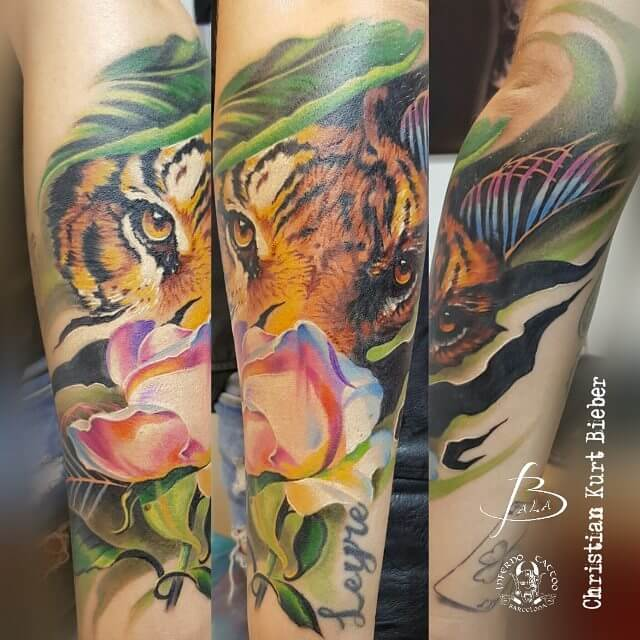 Realismo color, Christian Kurt Bieber. Tatuaje mediano en brazo de tigresa, flor.