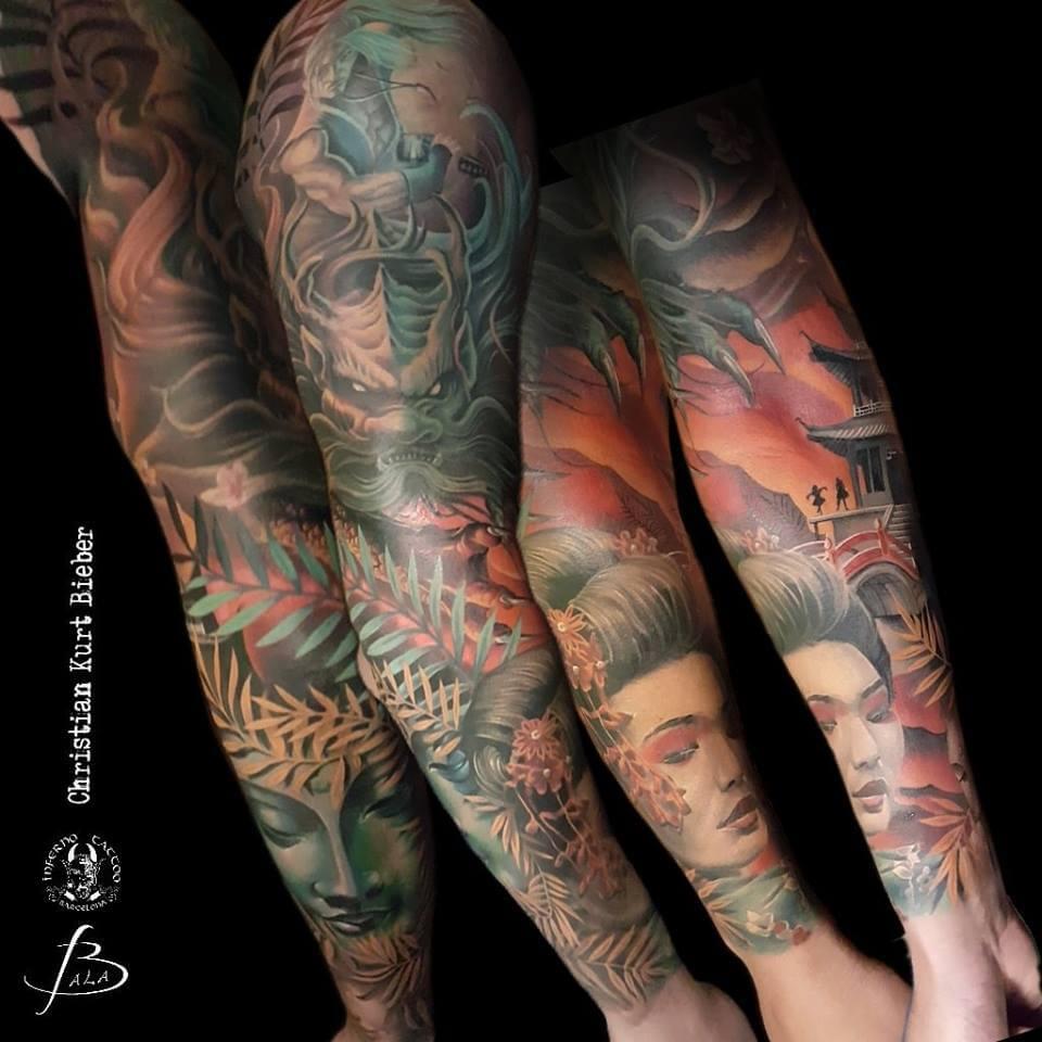 Oriental Japonés, Christian Kurt Bieber. Tatuaje grande en brazo con múltiples motivos orientales.