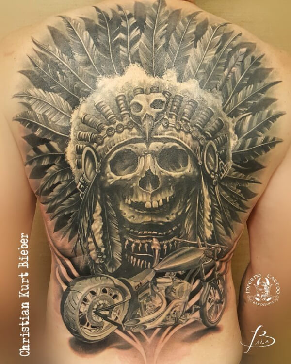 Realismo negro y gris, Christian Kurt Bieber. Tatuaje grande en espalda de harley davidson.