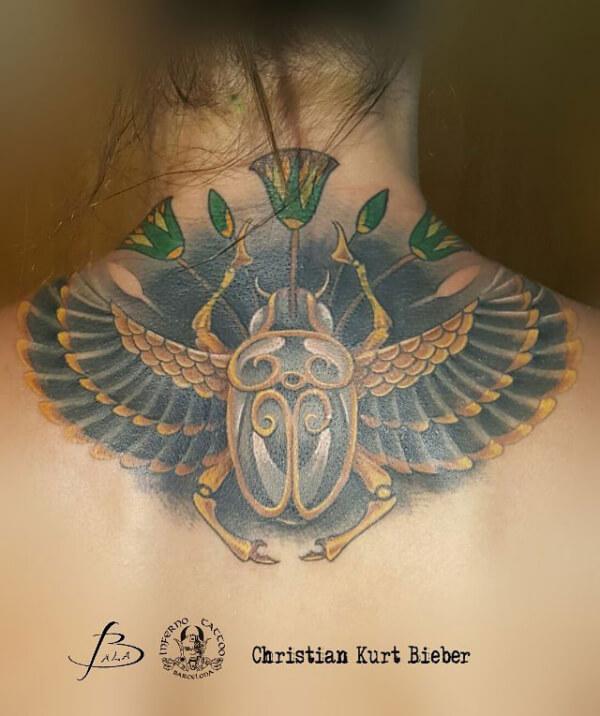 Ilustración, Christian Kurt Bieber. Tatuaje grande en espalda de escarabajo egipcio.