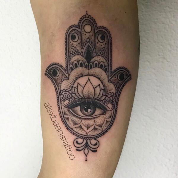 Dotwork y blackwork, Álex Baens. Tatuaje mediano o grande en pierna de mano de fátima.
