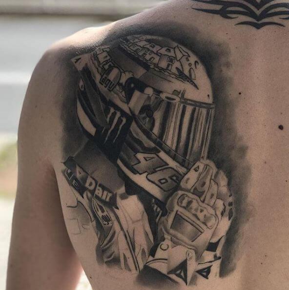 Realismo negro y gris, Héctor Mateos. Tatuaje mediano o grande en espalda de casco de moto de Valentino Rossi.