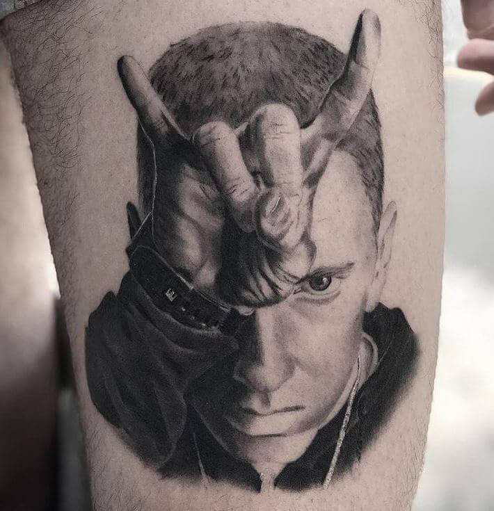 Realismo negro y gris, Héctor Mateos. Tatuaje grande en pierna de Eminem.