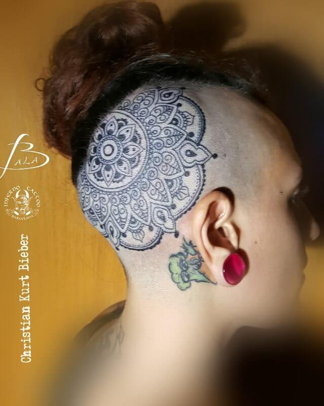 Hindú y mandalas, Christian Kurt Bieber. Tatuaje grande en cabeza de mandala.