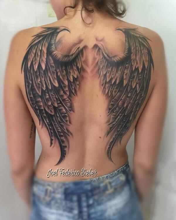 Realismo negro y gris, Joel Federico Bieber. Tatuaje grande en espalda de alas.