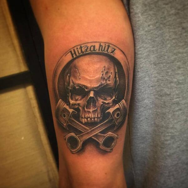 Realismo negro y gris, Joel Federico Bieber. Tatuaje mediano en brazo de calavera.