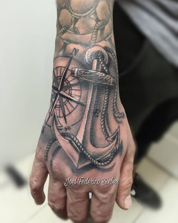 Realismo negro y gris, Joel Federico Bieber. Tatuaje mediano en mano de ancla