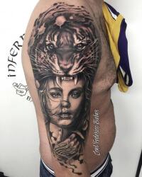 Realismo negro y gris, Joel Federico Bieber. Tatuaje grande en hombro y brazo de tigresa y mujer.