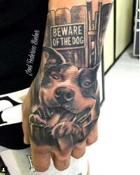 Realismo negro y gris, Joel Federico Bieber. Tatuaje mediano en mano de perro.