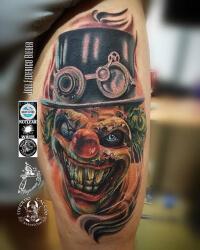 Realismo color, Joel Federico Bieber. Tatuaje grande en la pierna de payaso.