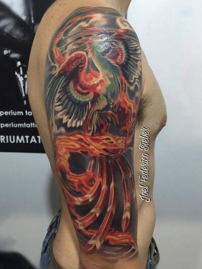 Realismo color, Joel Federico Bieber. Tatuaje grande en brazo de ave fénix.