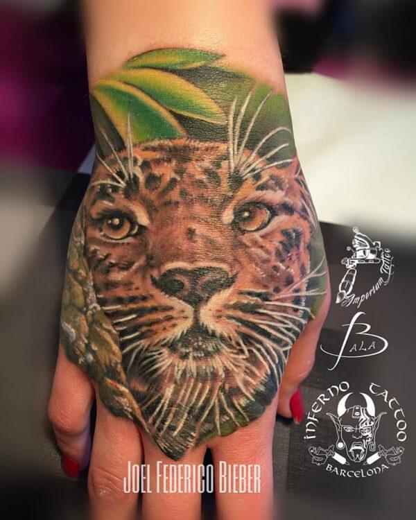 Realismo color, Joel Federico Bieber. Tatuaje mediano en mano de leopardo.