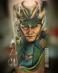 Realismo color, Joel Federico Bieber. Tatuaje grande en pierna de personaje loki de thor.