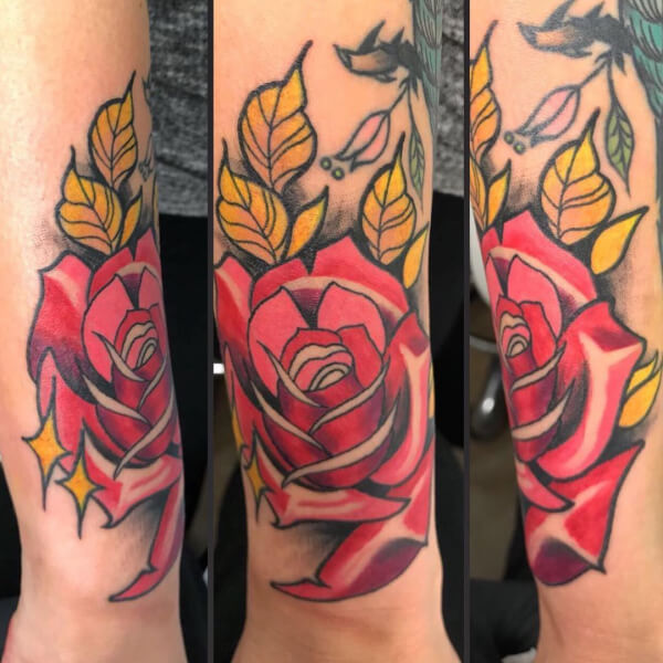 Neotradi y OldSchool, Álex Baens. Tatuaje grande en brazo de rosa y hojas.