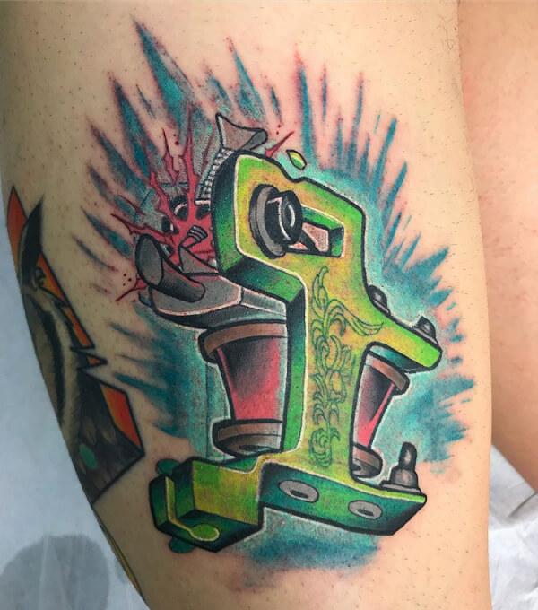 Ilustración y neotradi, Álex Baens. Tatuaje mediano brazo de máquina de tatuar.
