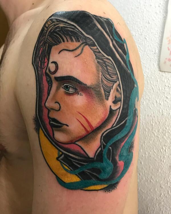 Neotradi y OldSchool e ilustración, Álex Baens. Tatuaje mediano en hombro de retrato.