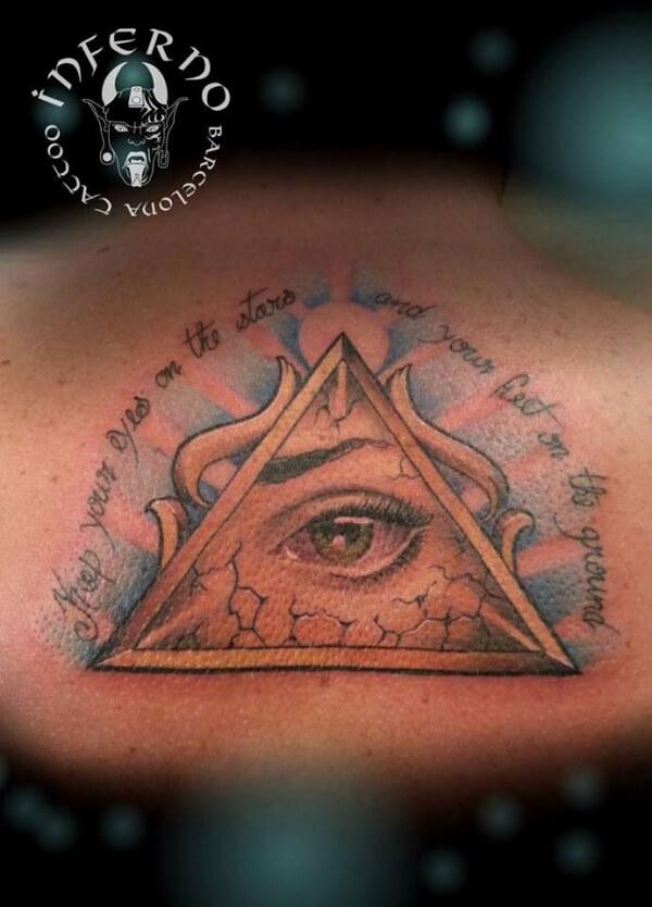 Realismo color, ilustración y lettering. Joel Federico Bieber. Tatuaje mediano en espalda de ojo egipcio.
