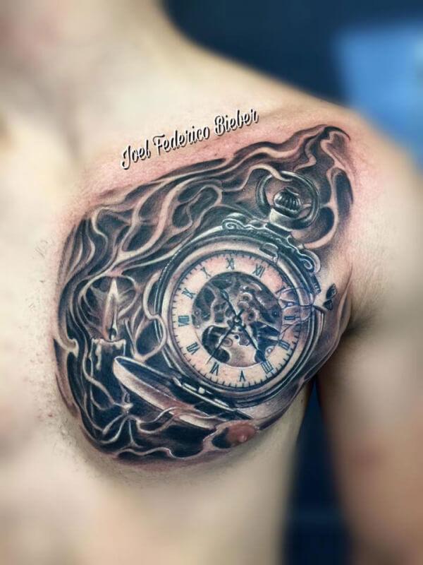 Realismo negro y gris, Joel Federico Bieber. Tatuaje grande en pecho de reloj y vela.