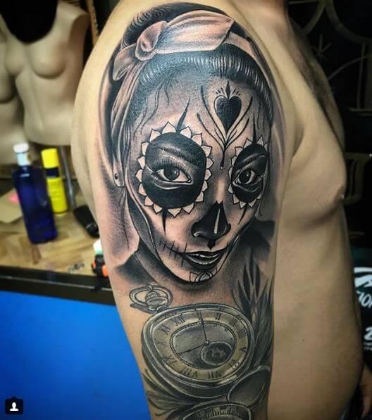 Ilustración, Raúl Leone. Tatuaje mediano en hombro de catrina.
