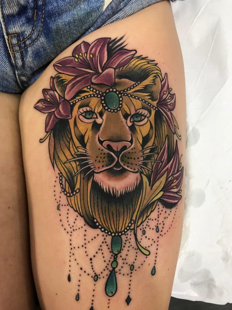 Neotradi, Raúl Leone. Tatuaje grande en pierna de leona.