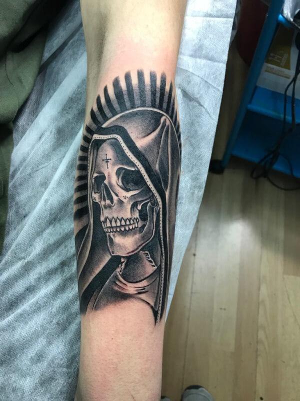 Realismo negro y gris, Raúl Leone. Tatuaje mediano en brazo de muerte.