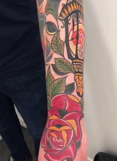 Neotradi, Raúl Leone. Tatuaje grande en brazo de faro.