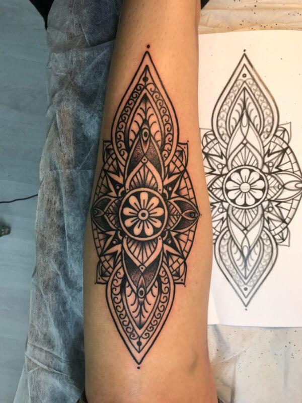Hindú y mandalas, Raúl Leone. Tatuaje grande en pierna.