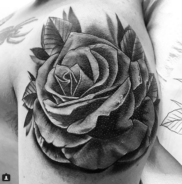 Realismo negro y gris, Raúl Leone. Tatuaje mediano en hombro de rosa.