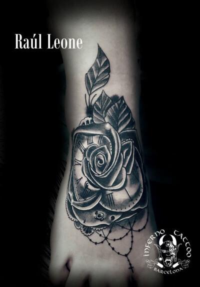 Neotradi en negro y gris, Raúl Leone. Tatuaje mediano en pie de rosa con reloj y rosario.