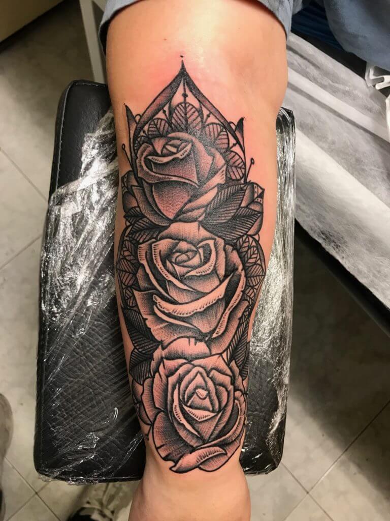 Neotradi, Raúl Leone. Tatuaje mediano en brazo de rosas.
