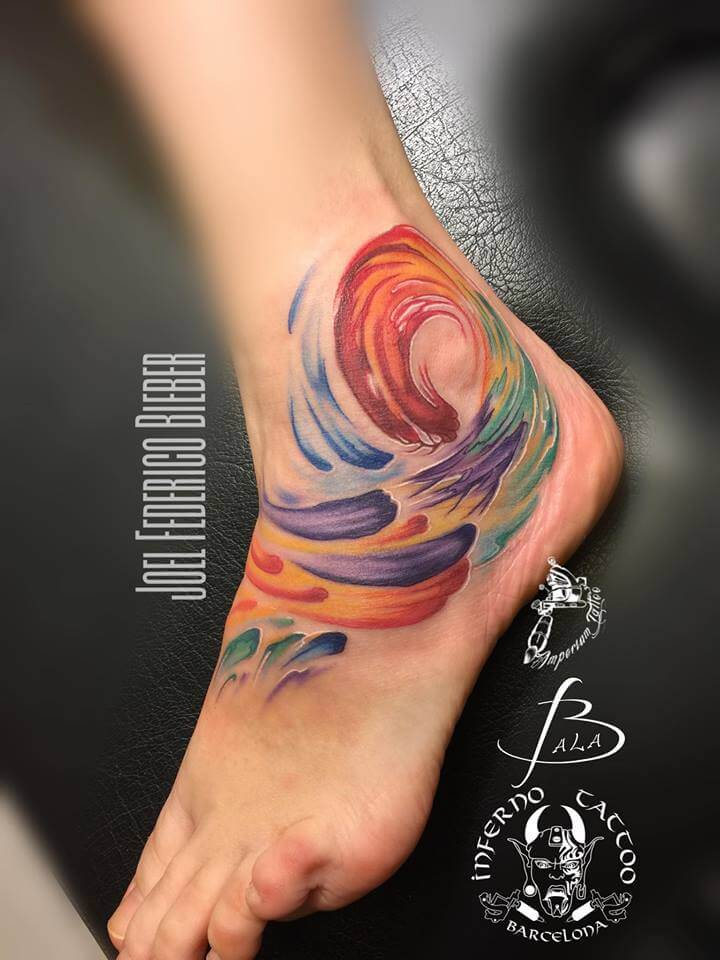 Ilustración, Joel Federico Bieber. Tatuaje mediano en tobillo y pie de remolino de acuarela.