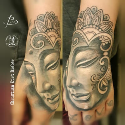 Hindú y mandalas, Christian Kurt Bieber. Tatuaje mediano en mano de buddha.