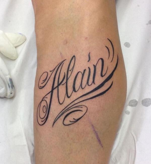 Lettering, Marcelo Entattoo. Tatuaje mediano en pierna de nombre de Alaín.